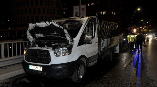 Adana'da koltuk yüklü kamyonet seyir halindeyken yandı