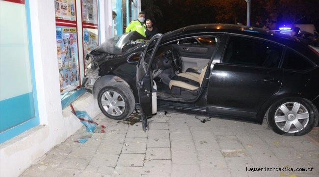 Adana'da marketin girişine çarpan otomobilin sürücüsü yaralandı