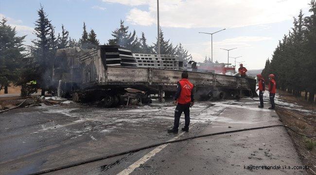 Bursa-İzmir kara yolunda kamyona çarpan tır yandı