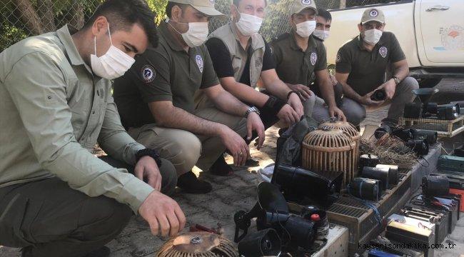 Gaziantep'te kaçak avcılıkta kullanılan ses cihazları ve kafesler imha edildi