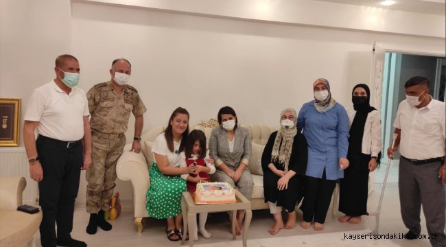 Kahramanmaraş'ta şehit kızına babasının adaşı komutanla doğum günü sürprizi