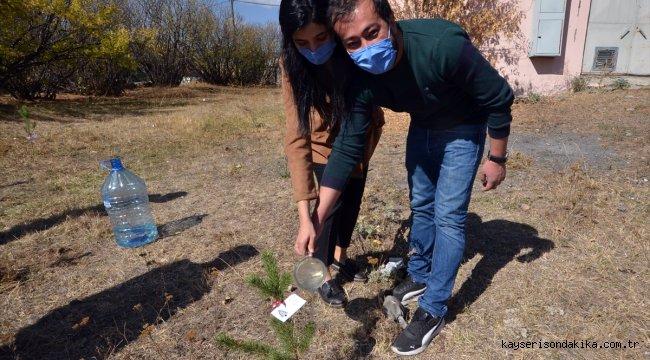 Kars'ta öğretmenler Hatay'daki orman yangınına dikkati çekmek için fidan dikti
