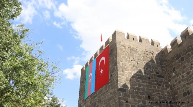 Kayseri Kalesinde Azerbaycan Bayrağı Dalgalanıyor