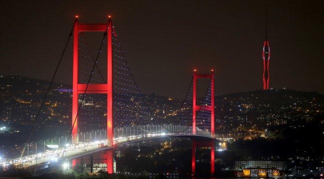Küçük Çamlıca Radyo ve TV Kulesi'ne Türk bayrağı yansıtıldı