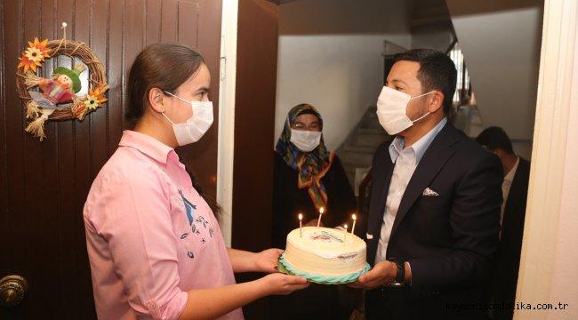 Nevşehir Belediyesince 18 yaşına giren gençlere pasta ve hediyeler veriliyor
