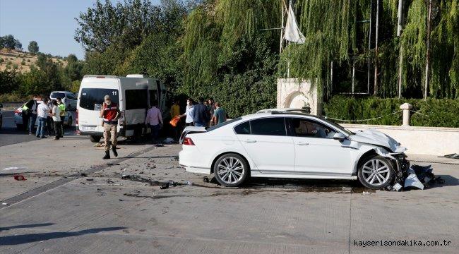 Şanlıurfa'da işçi servisi ile otomobil çarpıştı: 15 yaralı