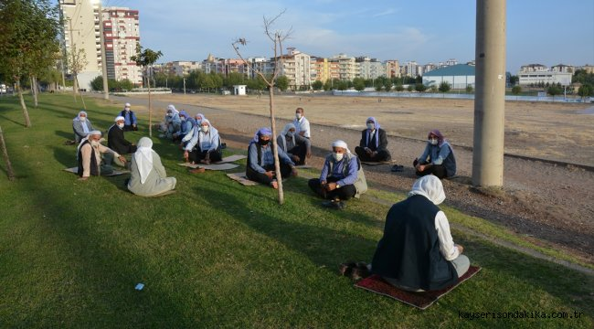 Şanlıurfa'da yöresel kıyafetli yaşlıların sosyal mesafeli sohbeti renkli görüntüler oluşturdu