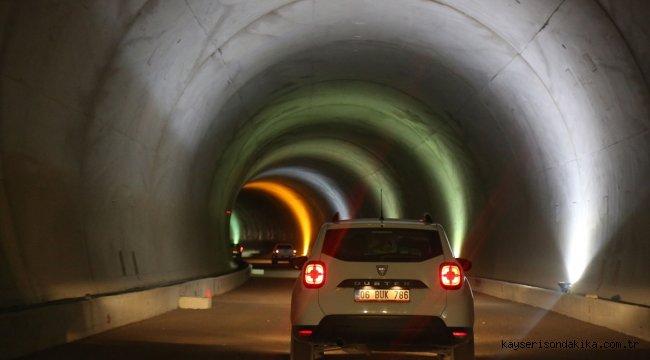 Ulaştırma ve Altyapı Bakanı Karaismailoğlu, Yusufeli'nde yol ve tüneller inşaatlarını inceledi:
