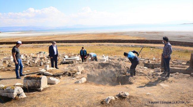 Van'da definecilerin tarihi mezarlıkta açtığı çukurlar dolduruldu