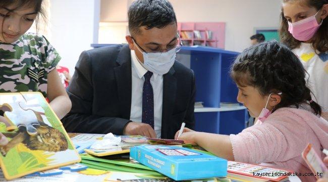 """Yetiştirme yurdunda büyüyen kaymakam """"çocuk evleri sitesi""""ne kütüphane kurdu"""