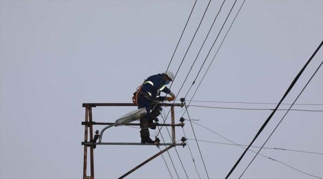 Sivas'ta kar yağışı ve fırtına nedeniyle elektrik direkleri devrildi
