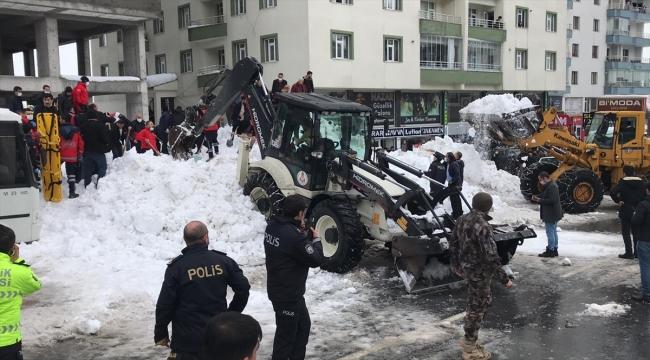 Bitlis'te çatıda biriken kar kütlesinin üzerine düştüğü 3 çocuk hastaneye kaldırıldı