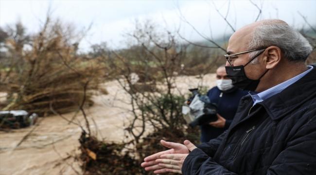 İzmir Valisi Köşger, sel nedeniyle 1 kişinin öldüğü Menderes'te incelemelerde bulundu: