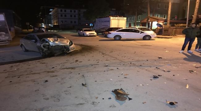 Karabük'te iki otomobile çarparak iki kişinin yaralanmasına neden olan kamyonetin sürücüsü kaçtı