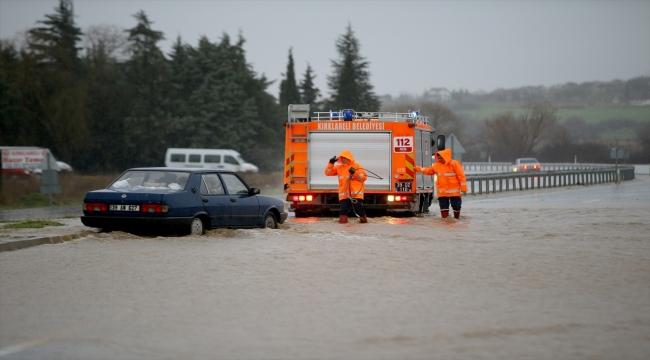 Kırklareli'nde taşkında mahsur kalan otomobildekiler itfaiye ekiplerince kurtarıldı