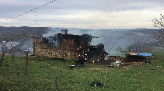 Kocaeli'de ahır ve yığma taş binada çıkan yangın söndürülmeye çalışılıyor