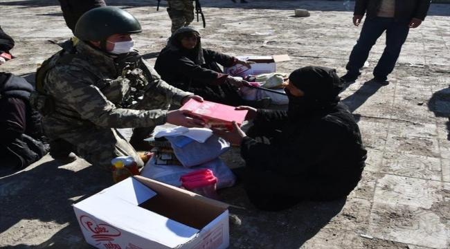 Mehmetçik, Barış Pınarı bölgesinde ihtiyaç sahiplerine gıda yardımı yaptı