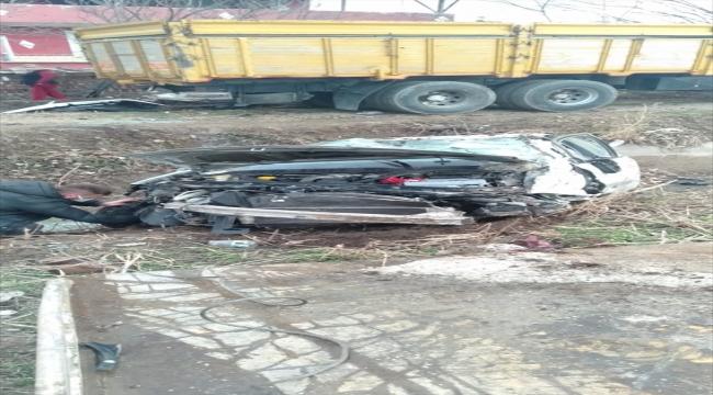 Tokat'ta park halindeki kamyona çarpan otomobildeki 2 kişi yaralandı