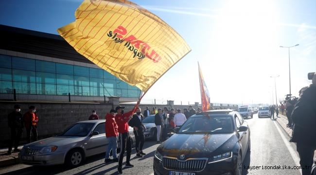 Kayserispor taraftarından Galatasaray maçı öncesi takımlarına araç konvoylu destek