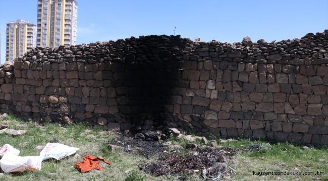 Kayseri'de hırsızlar çaldıkları kabloları yakarken polise yakalandı