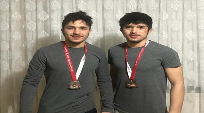 Serbest Güreş Milli Takımı seçmelerinde ikiz kardeşler, finalde yarıştı