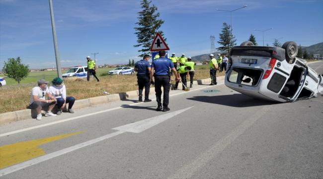Afyonkarahisar'da takla atan hafif ticari araçtaki 4 kişi yaralandı