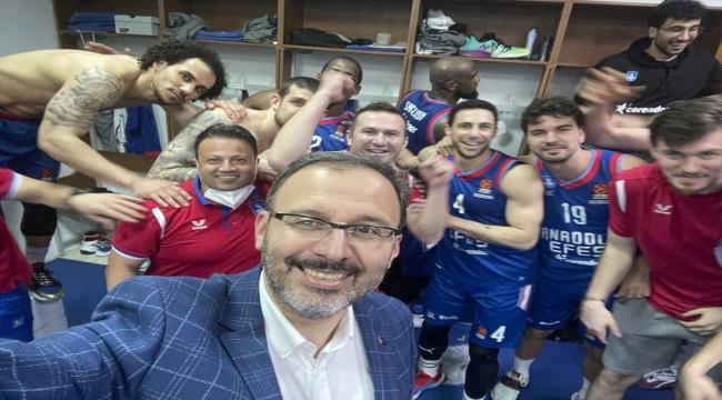 Bakan Kasapoğlu, Anadolu Efes'i tebrik etti: