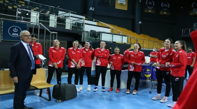 Voleybol Federasyon Başkanı Üstündağ, A Milli Kadın Takımı kampını ziyaret etti