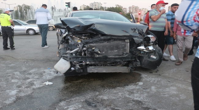 Adana'da otomobil ile hafif ticari araç çarpıştı: 3 yaralı