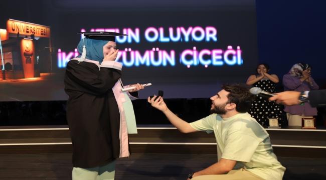 Aksaray Üniversitesini bitiren kız arkadaşına mezuniyet töreninde sürpriz evlilik teklifi yaptı