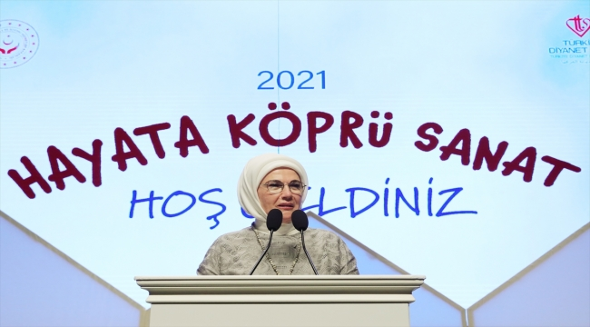 Emine Erdoğan, devlet korumasındaki çocukların hazırladığı tiyatro gösterisini izledi: