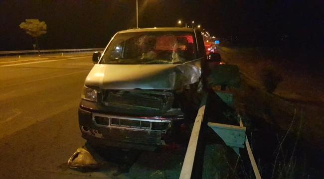 Erzincan'da minibüs aydınlatma direğine çarptı: 8 yaralı