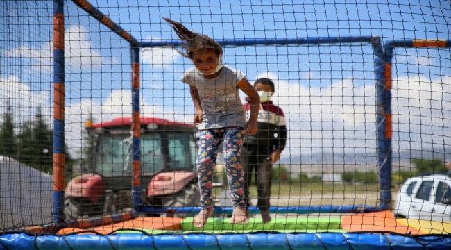 Eskişehir'de bir grup yardımsever mevsimlik tarım işçilerinin çocukları için seyyar oyun parkı oluşturdu