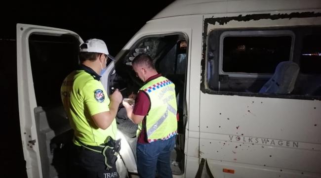 Konya'da mevsimlik işçileri taşıyan minibüs şarampole devrildi: 1 ölü, 14 yaralı