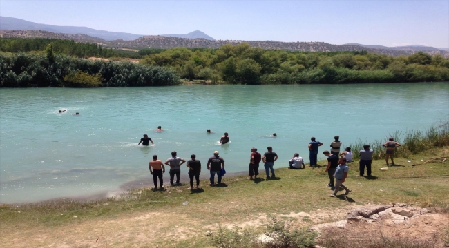 Mersin'de yüzmek için nehre giren genç kayboldu