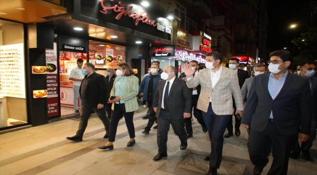 Sanayi ve Teknoloji Bakanı Mustafa Varank Sivas'ta vatandaşlara dondurma ikramında bulundu