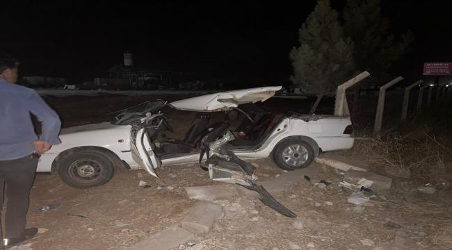 Şanlıurfa'da kepçeyle otomobilin çarpıştığı kazada 2 kişi öldü, 6 kişi yaralandı